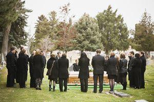 К чему снятся похороны чужого человека