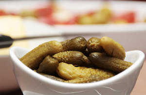 Соленые огурцы в тарелке