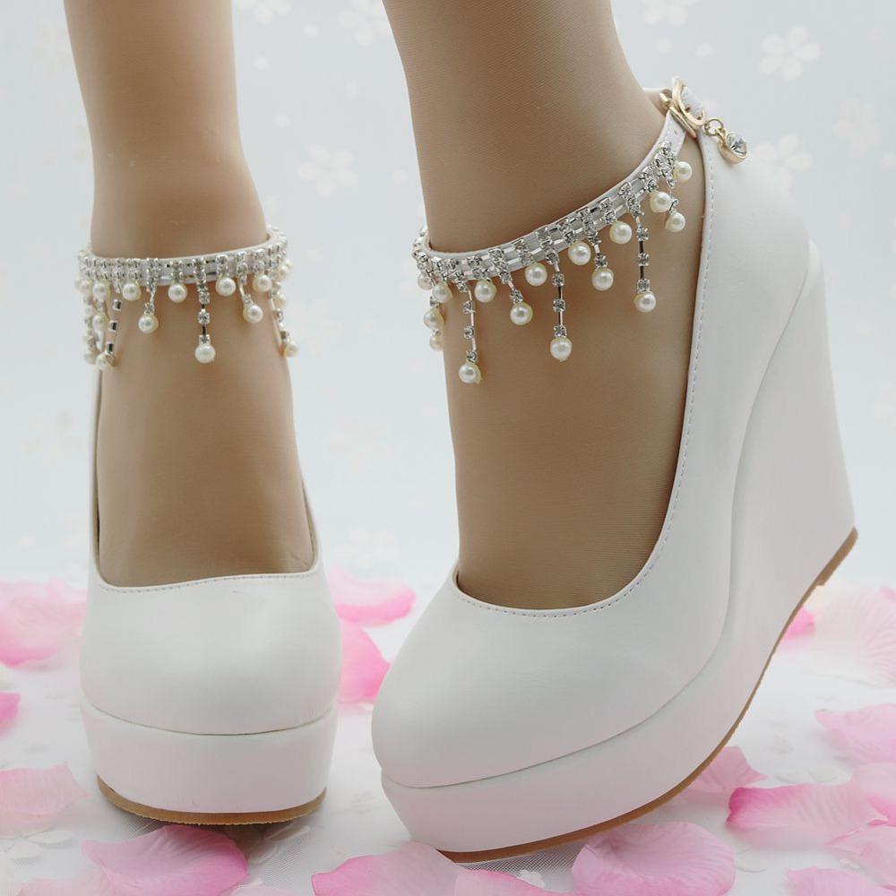 d577d4cb0 К чему снится видеть во сне белые туфли: на каблуке, свадебные ...